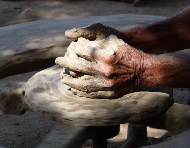 D'un peu d'argile est né un joli pot, c'est incroyable la dextérité de ce potier, il était ahurissant de précision !